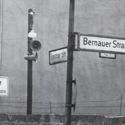 [Translated Title] At Bernauerstrasse Large Loudspeaker Have Been Installed to Proclaim East German Propaganda